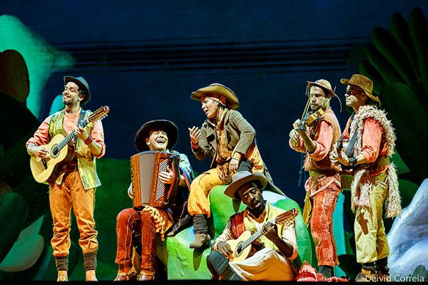 A montagem conta e canta a formação da música caipira e a cultura interiorana de forma cronológica