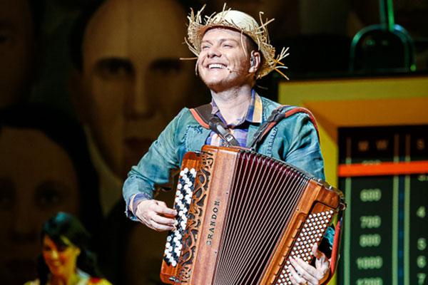 Espetáculo retrata a música que saiu dos coretos e praças para ganhar o mundo na voz de artistas como o próprio Teló