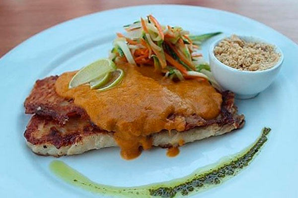 Um dos pratos servidos na Páscoa do Real Botequim é a Tilápia grelhada coberta com molho de peixe e fios de legumes