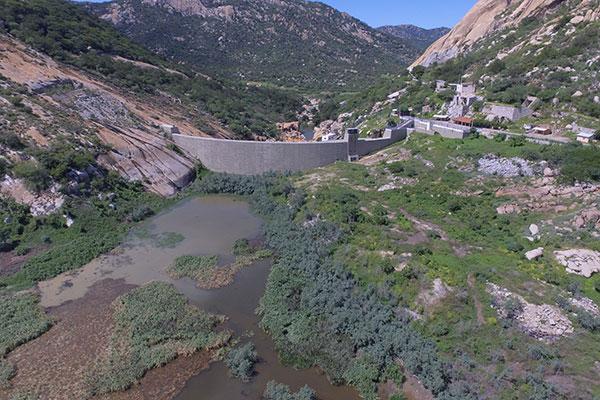 O açude Marechal Dutra, conhecido como Gargalheiras, em Acari, é um dos reservatórios que não tem grandes ramais alimentadores de água e está seco