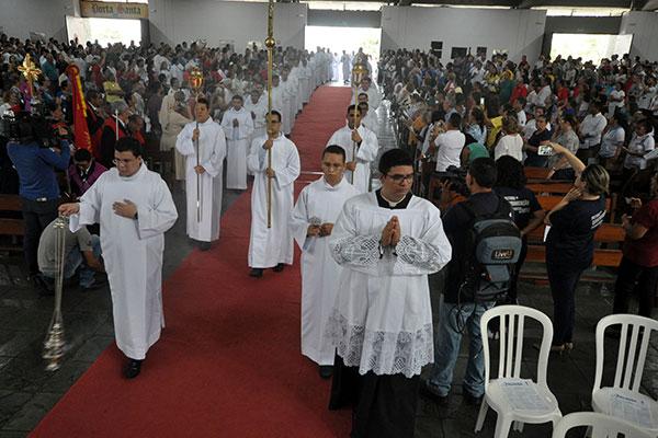 Na manhã da quinta-feira (18) fieis lotaram a Catedral Metropolitana durante a cerimônia dos Santos Óleos
