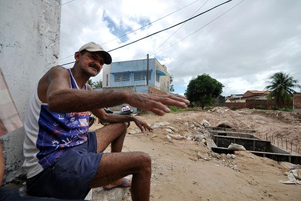 Moradores da rua Santa Luzia, em Igapó, relatam suas dificuldades quando as chuvas caem