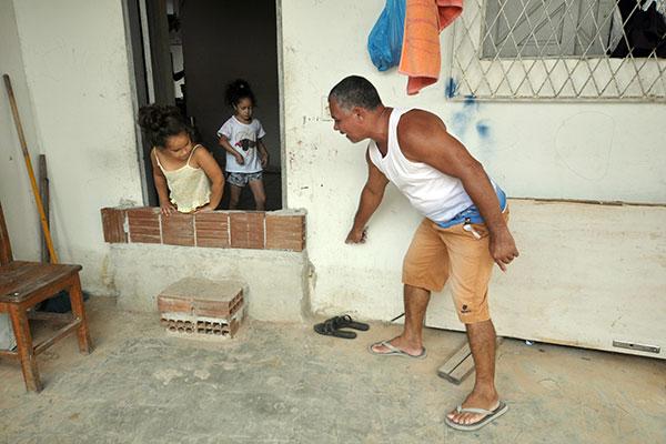 Geraldo Adelino mostra os ajustes que teve que fazer em sua casa para evitar alagamentos