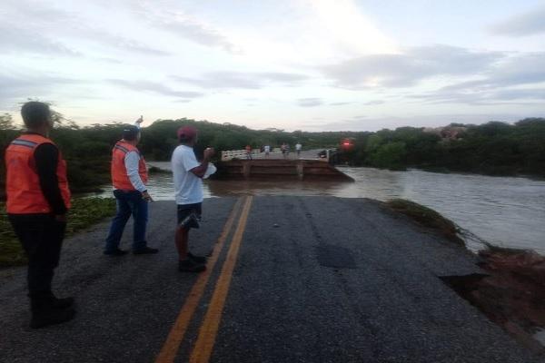 Agentes da Defesa Civil foram até a ponte que desabou para analisar os danos