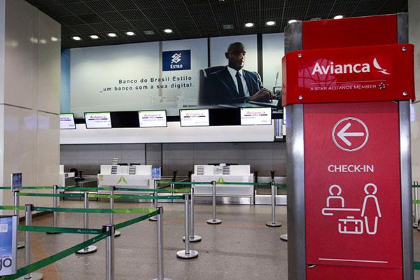 Nos aeroportos do país, guichês da companhia aérea estão vazios