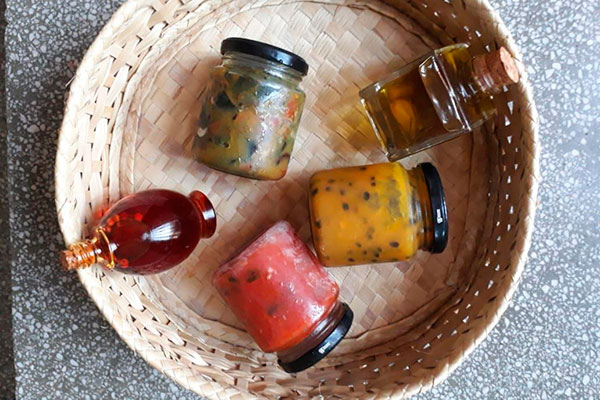 Antepastos, molhos e azeites aromáticos são vendidos em vidros