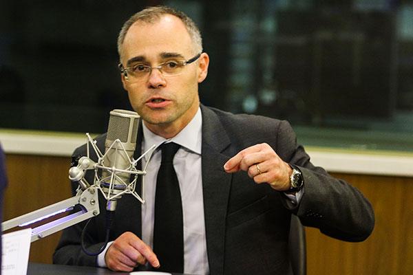 Ministro André Mendonça teve que contratar escritório na Suíça