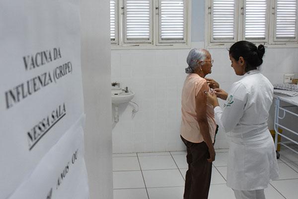 Os idosos estão nos grupos prioritários para receber a dose da vacina contra a Influenza para evitar o agravamento de doenças respiratórias