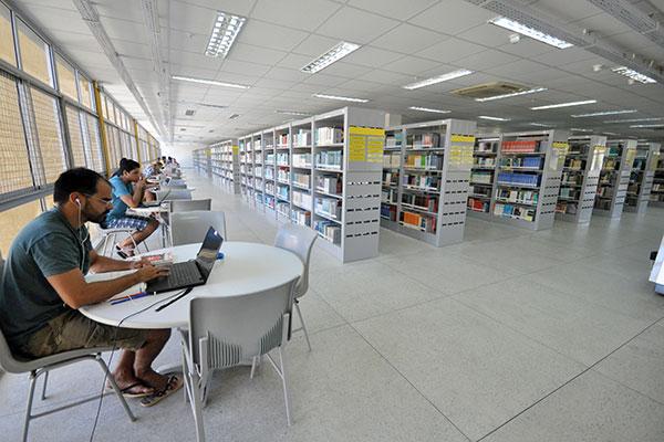 Aberta à população de segunda-feira à sábado, a biblioteca possui mais de 160 funcionários, sendo 31 bibliotecários e 76 bolsistas. Em 2018, investiu R$ 1,5 milhão em acervo