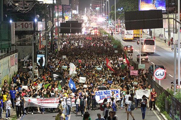 No percurso de 3,5km do protesto que contou com cerca de cinco mil participantes, foram entoadas palavras de ordem