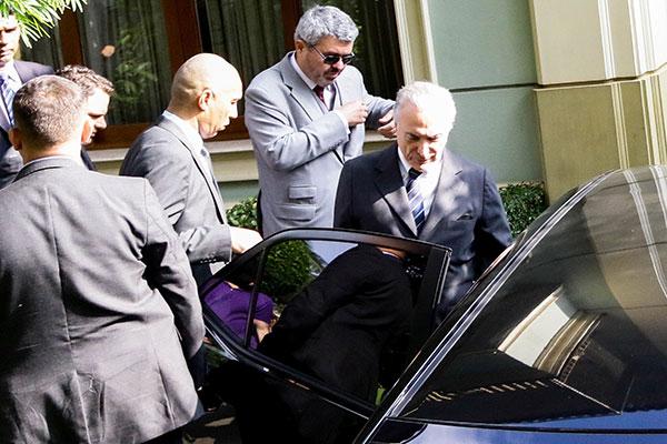 Michel Temer chega à Superintendência da Polícia Federal, às 15h, antes de encerrar o prazo dado pela Justiça