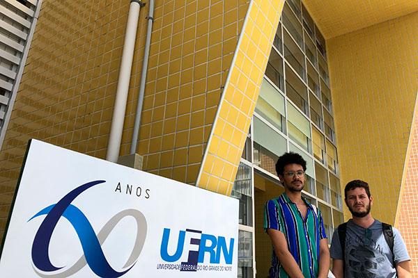 Sávio Marcelino Gomes e Rafael Rodolfo, alunos do mestrado em saúde coletiva da UFRN, dependem da bolsa para se manter