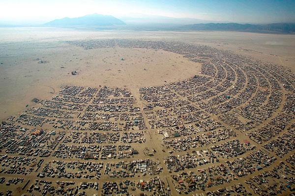 Tropical Burn é estruturado como uma cidade temporária. No caso, distribuída em bairros, chamados de camps