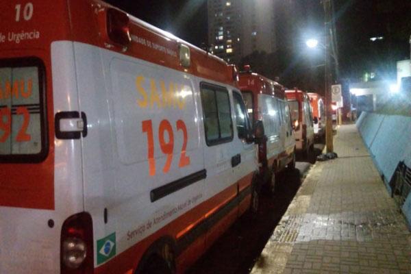 Na noite dest6e domingo (12), várias ambulâncias estavam paradas na frente do hospital