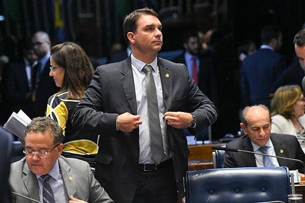 Flávio Bolsonaro nega envolvimento com irregularidades e critica atuação do Ministério Público