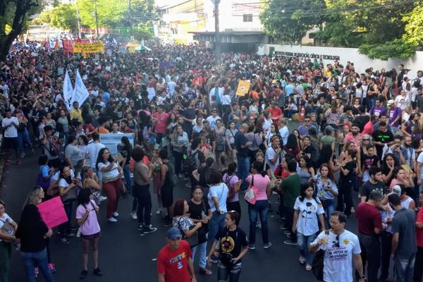 Manifestação reúne estudantes e professores contra os cortes no MEC