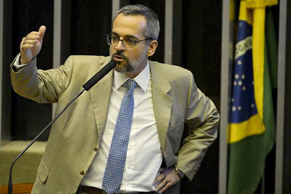 O ministro foi convocado para falar sobre bloqueio de recursos
