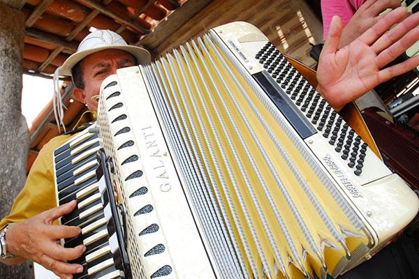 O forró como gênero musical só foi nomeado assim por volta dos anos 70. O próprio Gonzaga usava o termo baião no início da carreira. Já a sanfona, instrumento ícone do gênero, não estava presente na origem. O forró de antigamente contava com outros instrumentos, como a rabeca