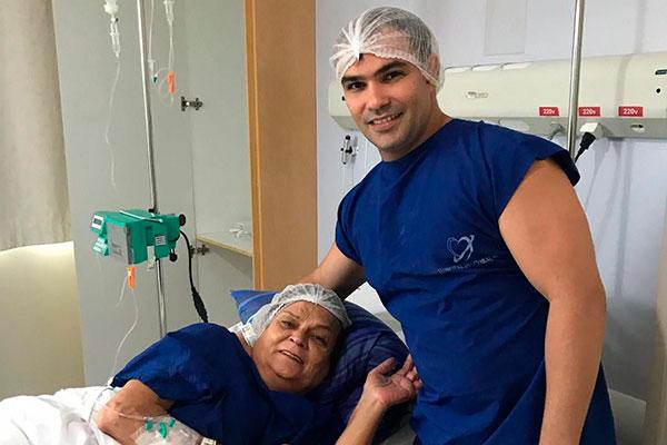 Maria das Graças fez transplante em fevereiro, recebendo o órgão do filho. Atualmente, precisa monitorar quadro