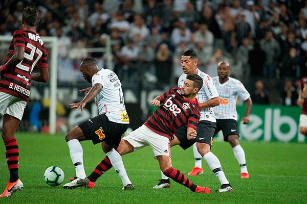 O meia Arrascaeta saiu para dar lugar a Diego. O Fla melhorou e conseguiu a vitória em São Paulo