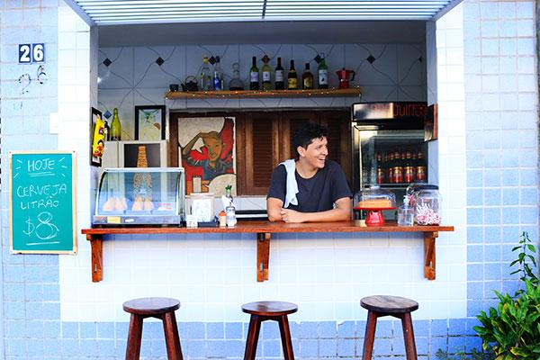 O balcão do Barduinos é o coração do bar, para degustar e bater papo com o cozinheiro e o ilustrador de quadrinhos Pedro Balduíno