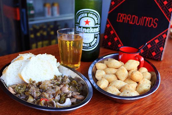 Petiscos do Barduínos: porções do antepasto com pãozinho francês e bolinho de carne de sol com ketchup de goiabada