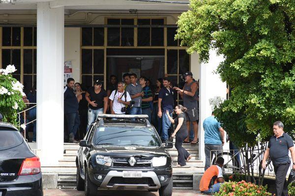 Audiência de custódia de Josias Teixeira de Morais foi acompanhada por populares e amigos de Gislâne do lado de fora do TJRN