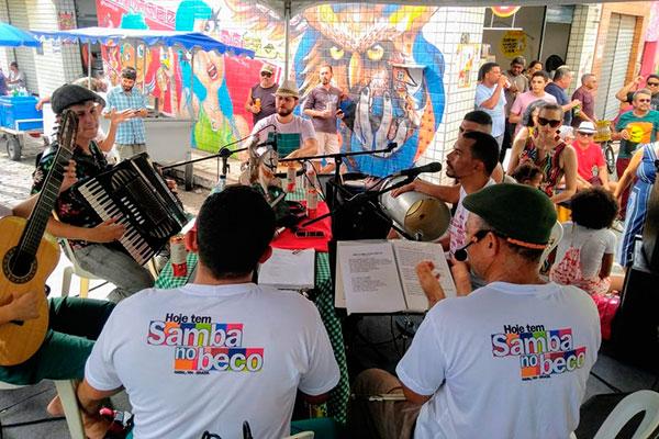 Roda de samba realizada aos sábados reúne grande público