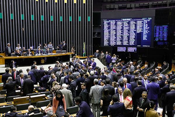 Presidente da Câmara, Rodrigo Maia encerra a sessão antes de concluir a votação da medida provisória
