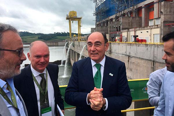 Presidente da Iberdrola, José Ignacio Galán (centro), anunciou que a companhia investirá mais R$ 30 bilhões no Brasil em cinco anos
