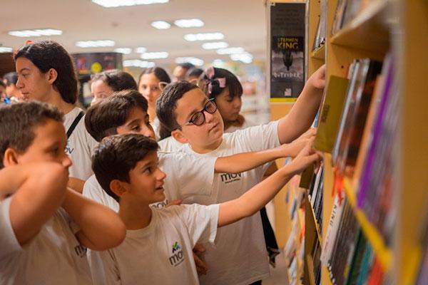 Crianças conhecem estrutura de livraria e escolhem títulos de narrativas infantojuvenis
