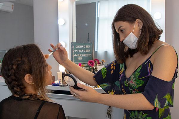 Lissa Félix  é maquiadora profissional com apenas 20 anos