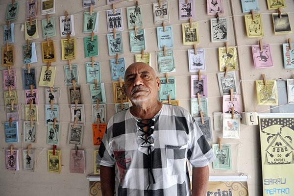 Antônio Francisco cresceu entre livros, mas já foi ciclista e vendedor de revista. Hoje tem obras adotadas em escolas e é estudado nas universidades