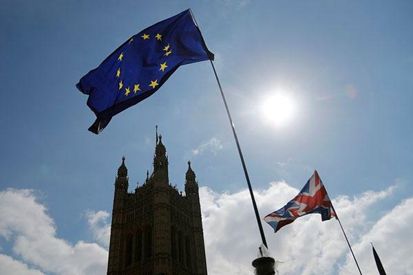 Bandeiras Reino Unido e União Europeia