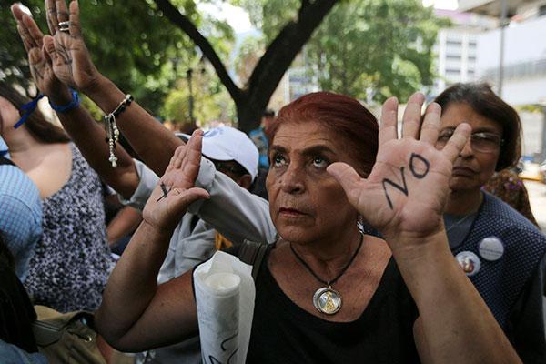 A morte de um menino de 11 anos causou protesto. Na imagem, uma senhora de pessoas lamenta o falecimento do garoto
