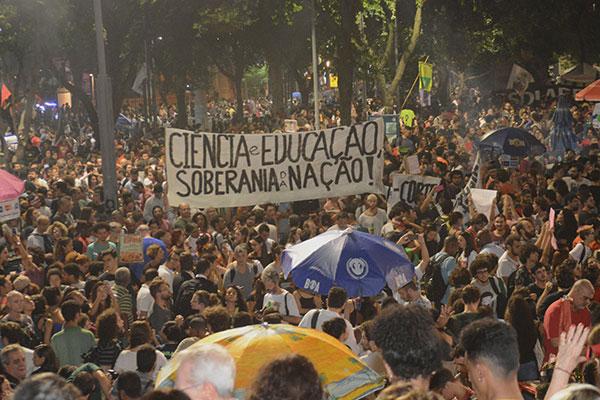 Estudantes e professores voltaram às ruas para protestar cinco dias após manifestações pró-Bolsonaro