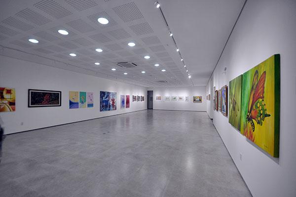 Moderna, galeria se firma como referência por sua estrutura. Atualmente está ocupada com a mostra coletiva NAC 40 Anos, composta por 15 artistas participantes da história do órgão