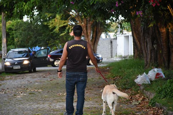 Vigilantes avaliam que fazer a segurança privada nas ruas é bem mais arriscado nos dias atuais. Alguns, trabalham com cães