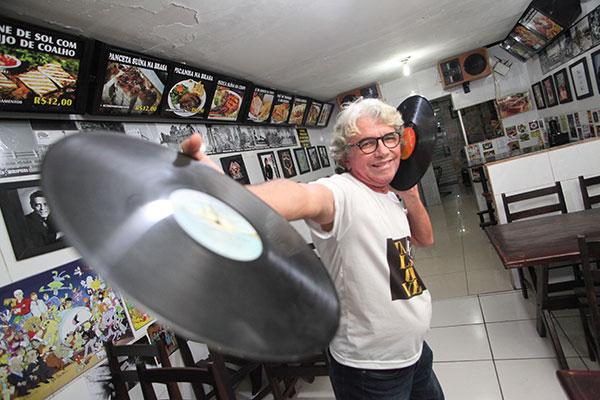Foi em Candelária que Fernandinho, aos 13 anos, virou locutor de carro de som.