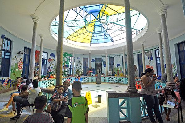 Tornar um ambiente hospitalar mais acolhedor, tanto para pacientes como para os profissionais, foi o novo feito do projeto Elos Arquitetura Social, que transformou salas, consultórios, paredes e até equipamentos do Varela Santiago em cenários de arte