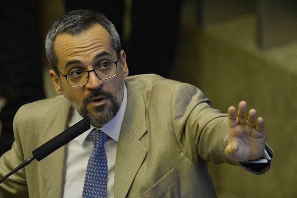 Decisão do MEC, atribuída ao ministro Abraham Weintraub, é cortar gastos com benefícios oferecidos a cursos com baixo desempenho