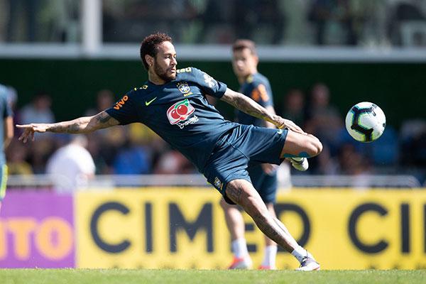 Todas as atenções estarão voltadas para o desempenho do atacante Neymar, acusado de estupro