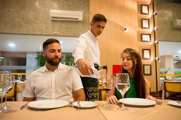 No Hotel-Escola Senac Barreira Roxa, na Via Costeira, o pacote dos namorados terá jantar no Navarro e sugestões para hospedagem
