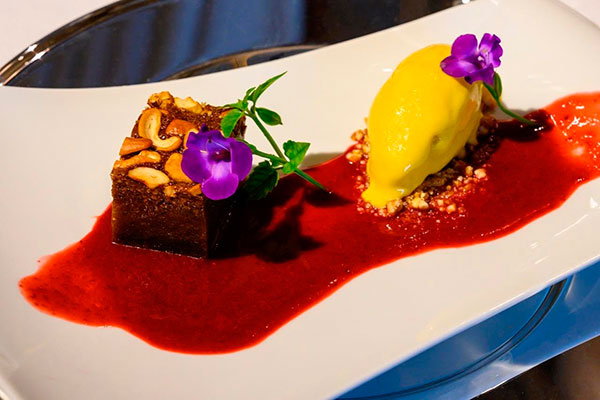 A estreia do francês Le Chatêau, restaurante do novo Vogal Luxury Beach Hotel & SPA: torta de castanha de caju, coulis de hibisco, pitanga, acerola e sorvete de murici