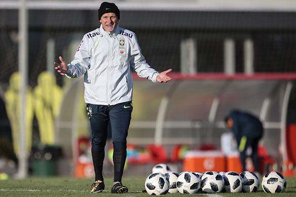 Taffarel acredita que o torneio vai mexer com os brios dos jogadores brasileiros e aposta no elenco com excelentes goleiros