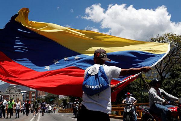 Venezuelanos protestam contra o governo de NIcolás Maduro e impasse no país permanece