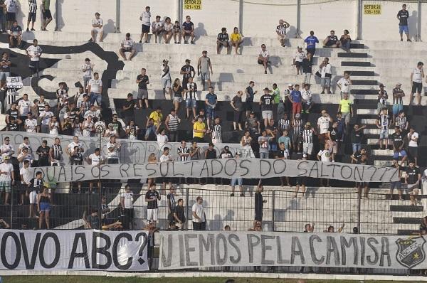 Torcedores do ABC protestam por meio de uma faixa