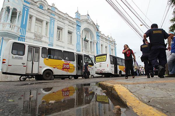 Na manhã desta segunda-feira os permissionários fizeram protesto na frente da sede da Prefeitura pedindo audiência