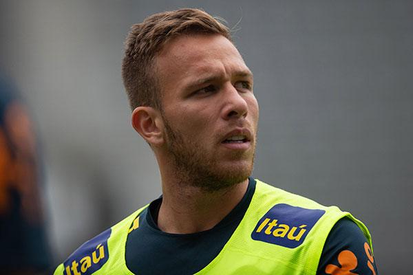Arthur deixou o jogo contra Honduras machucado após sofrer uma pancada forte no joelho
