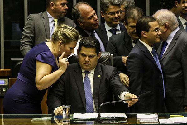 Líder do PSL no Congresso, a deputada Joice Hasselman dialogou com o presidente do Senado, Davi Alcolumbre, durante votação